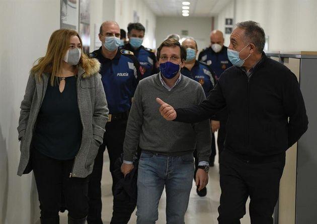 El alcalde de Madrid, José Luis Martínez Almeida (c) y la delegada de Seguridad y Emergencias y portavoz...