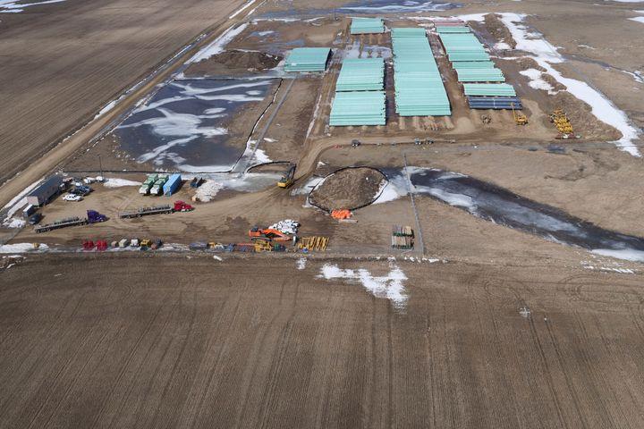 Cour de stockage de tuyaux avec des matériaux pour la construction de l'oléoduc Keystone XL, le long de la frontière canado-américaine au nord de Glasgow, au Montana, aux États-Unis (photo datant du 13 avril 2020)