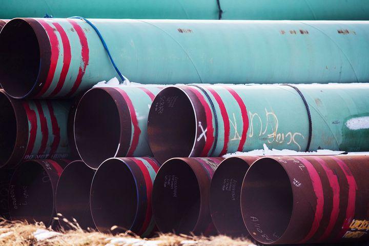 Sur cette photo du 18 décembre 2020, les tuyaux à utiliser pour le pipeline Keystone XL sont stockés dans un champ près de Dorchester, dans le Nebraska.