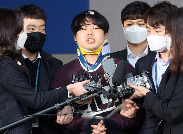 '박사방' 운영자 조주빈(25)이 25일 오전 서울 종로구 종로경찰서에서 서울중앙지방검찰청으로 이송되고 있다.