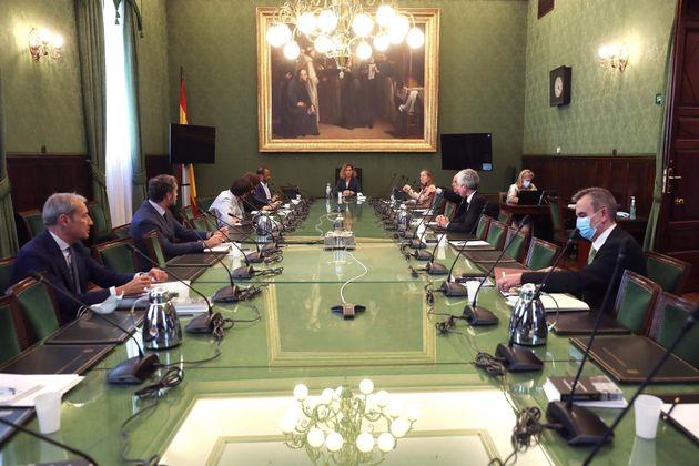 La presidenta del Congreso de los Diputados, Meritxell Batet (c), preside una reunión de la Mesa del