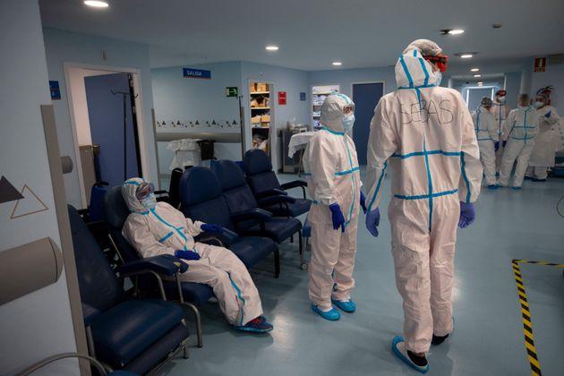 Varios sanitarios descansan unos instantes en un
