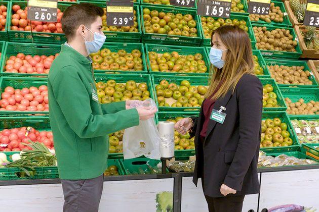 Dos empleados de Mercadona con las nuevas bolsas