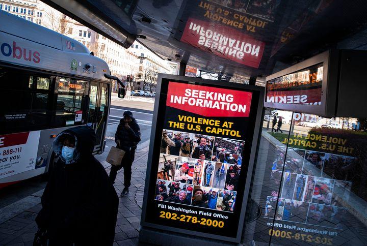 Un appel à témoins du FBI sur un arrêt de bus demandant des informations relatives aux auteurs des violences au Capitole, qui ont eu lieu le 6 janvier 2021 à Washington. (Photo Al Drago/Getty Images)