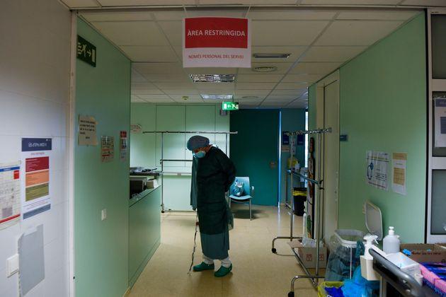 Una sanitaria, antes de entrar a la UCI del Hospital Universitario de