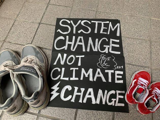 新型コロナの感染が拡大するなか、「3密」を避けつつ気候変動対策を訴えるデモを行うアクションとして、地面に靴を並べる「シューズアクション」も広がった。
