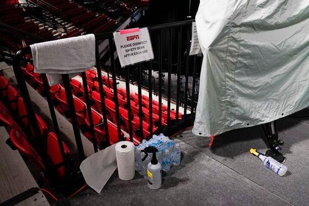 フロリダ州オーランドにある「ESPNワイド・ワールド・オブ・スポーツ・コンプレックス」のバスケットボールアリーナ。テレビカメラの横に消毒スプレーが置かれている(2020年7月29日)