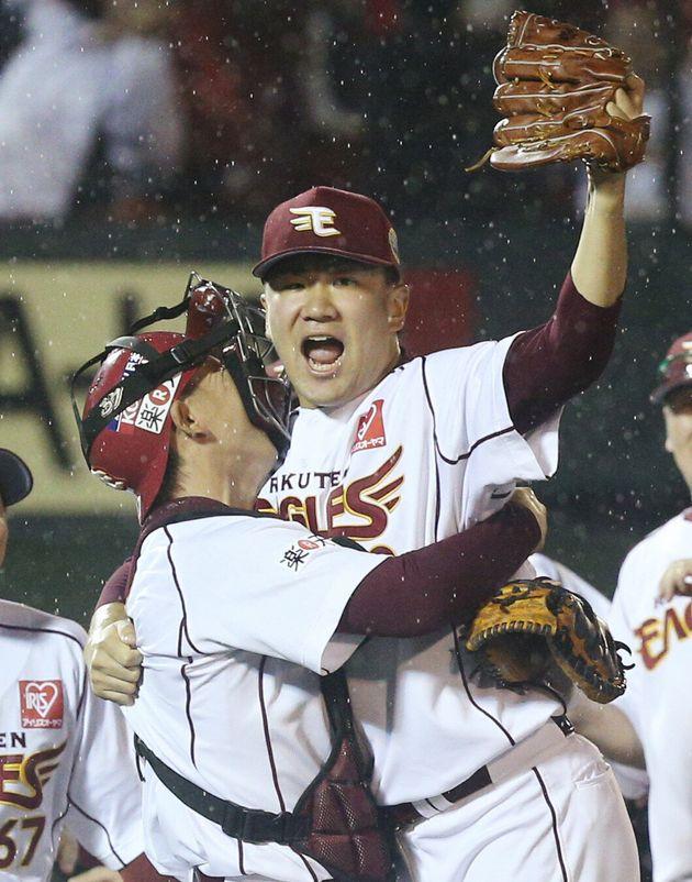 日本一となり、嶋基宏選手(左・現ヤクルト)と抱き合って喜ぶ、当時楽天の田中将大投手