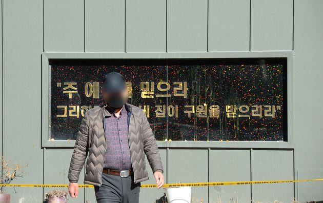 7일 오전 광주 광산구 TCS국제학교에서 한 시민이 분노를 참지 못 하고 건물 외벽에 계란을 던진 후 걸어나오고