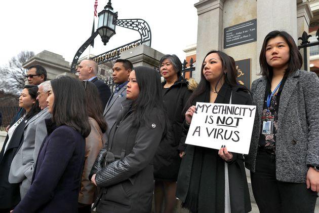 マサチューセッツ州議会議事堂前で、アジア系アメリカ人に対する新型コロナ差別への対応を求めて記者会見したアジア系アメリカ人委員会のメンバーたち(2020年3月12日)