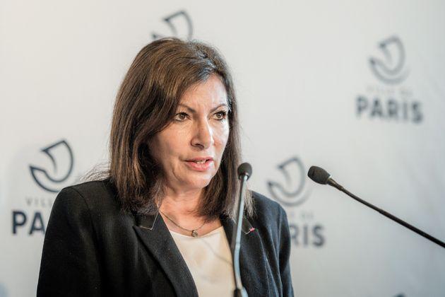 La maire de Paris Anne Hidalgo s'exprime lors d'une conférence de presse à l'Hôtel de Ville le 29 octobre...