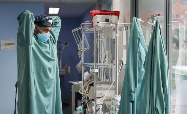 Un sanitario se prepara para atender a un paciente de la UCI Covid en el Hospital de Sant Pau de