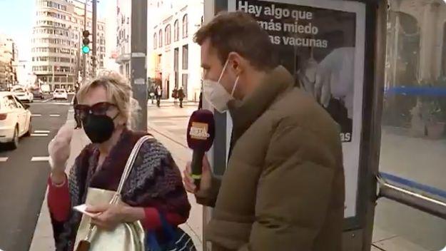 Un reportero entrevista a una señora en