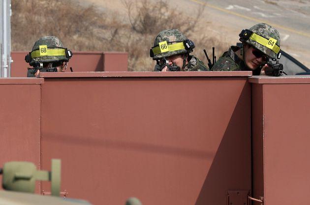 [자료사진] 경기도 남양주시 금곡예비군훈련장에서 훈련 장비를 착용한 56사단 장병들이 예비군들과 적 침투를 가상한 시가지 전투 훈련을 하고 있다.