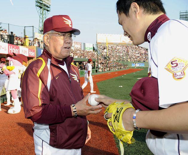 田中将大投手から、監督通算1500勝のウイニングボールを受け取る楽天の野村克也監督=2009年04月29日