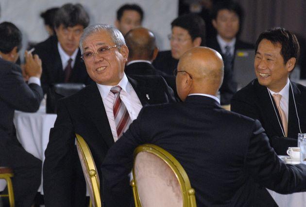 ドラフト会議で田中将大投手の交渉権を獲得し、笑顔を見せる楽天の野村克也監督(左)と島田亨球団社長(右端)※すべて当時=2006年09月25日
