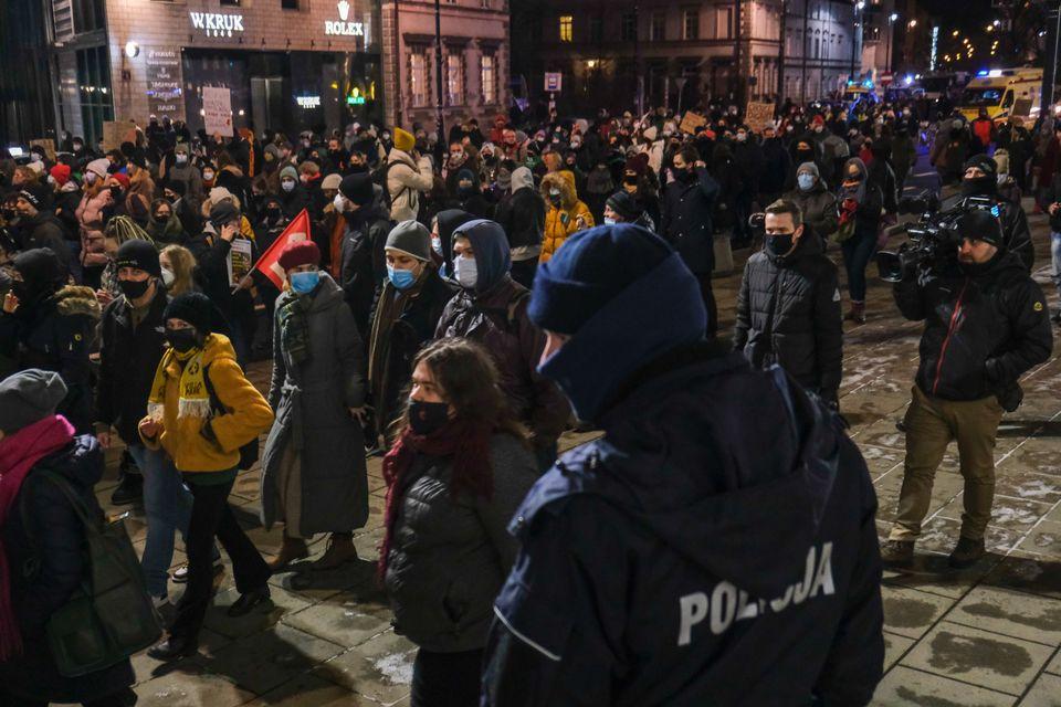Ξανά στους δρόμους για τα αυτονόητα οι γυναίκες στη Πολωνία - Νέος νόμος κατά των