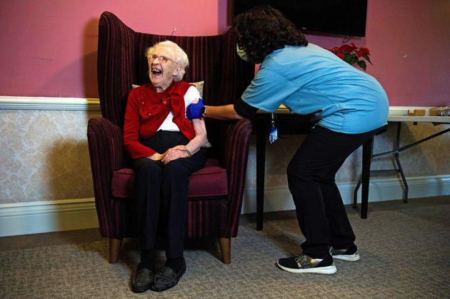 Ellen Prosser, de 100 años, recibe la vacuna de AstraZeneca en una residencia británica...