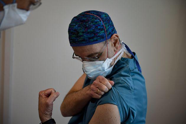 El sanitario Peter Baptista espera para ser vacunado en la Clínica Universitaria de Pamplona el...