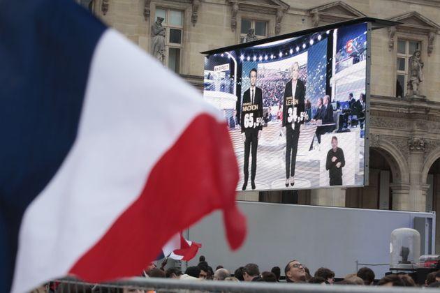 Les supporters d'Emmanuel Macron fêtent sa victoire contre Marine Le Pen au second tour de l'élection...