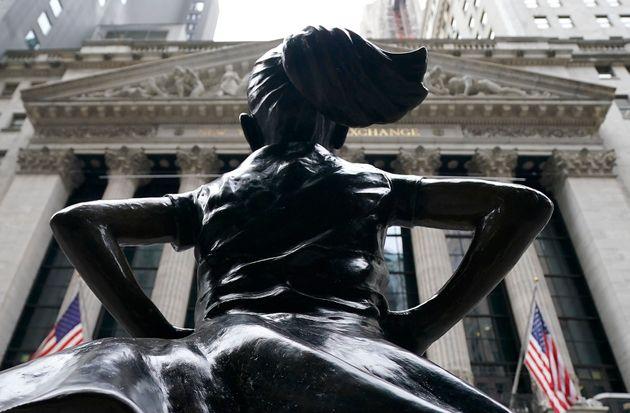 La escultura de la Niña sin miedo frente a la Bolsa de Nueva