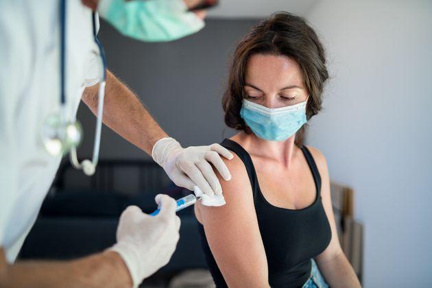 Caos vaccini, i governi alla mercé delle aziende sulle scelte di salute
