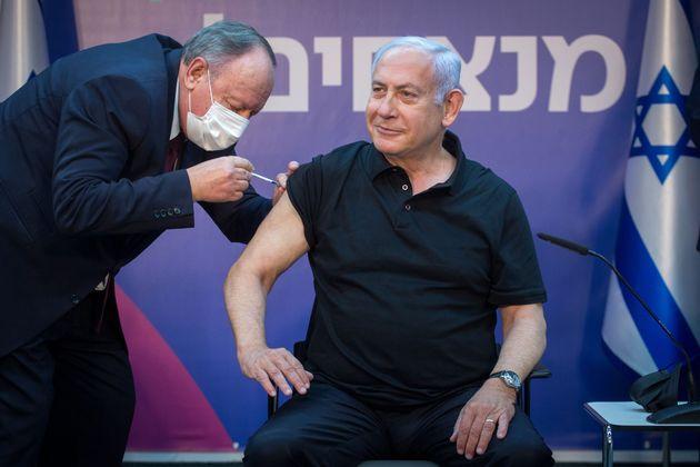 El primer ministro israelí, Benjamin Netanyahu, recibe la segunda dosis de la vacuna contra el...