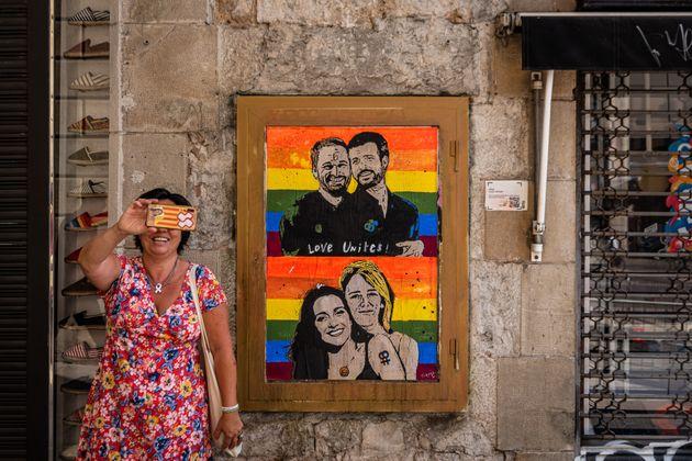 Una mujer junto a un graffiti en Barcelona con Santiago Abascal en el Orgullo 2020 con Santiago Abascal, Pablo Casado, Inés Arrimadas y Cayetana Álvarez de Toledo.
