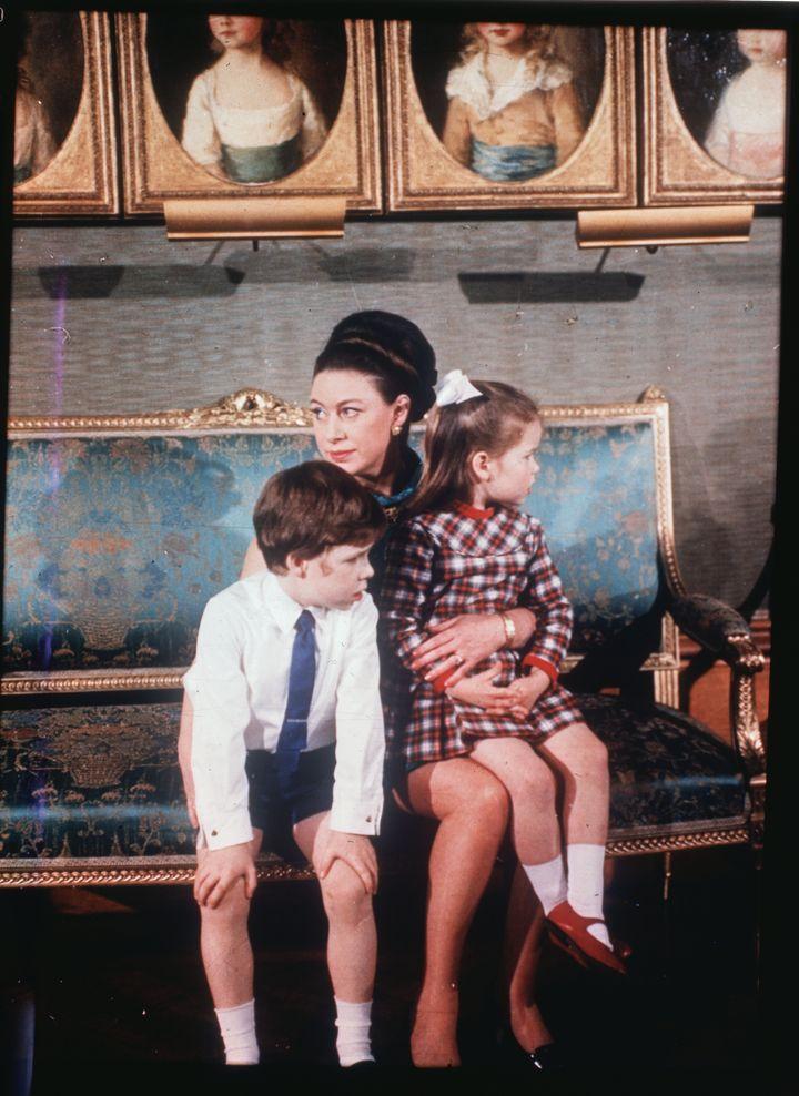 La princesa Margaret se muestra con sus dos hijos, el vizconde Linley y Lady Sarah Armstrong-Jones, en el Castillo de Windsor durante fi
