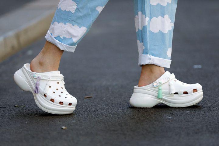 Una mujer lleva unos crocs blancos este verano en Berlín.