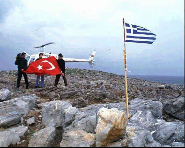 27 Ιανουαρίου 1996 - Ο ανταποκριτής της Hurriyet's Cesur Sert, στο κέντρο, ο Osman Korkmaz, εικονολήπτης του τηλεοπτικού σταθμού Channel D, αριστερά, και ο Kemal Suler, πιλότος του ελικοπτέρου ετοιμάζονται να κατεβάσουν την ελληνική σημαία και να την αντικαταστήσουν με την τουρκική