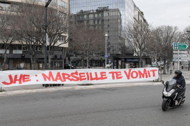 Des fans de l'Olympique de Marseille ont déployé une banderole contre la direction du club ce samedi...