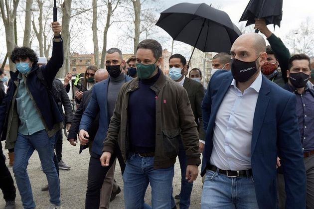 Abascal llega al acto protegido por paraguas ante el lanzamiento de