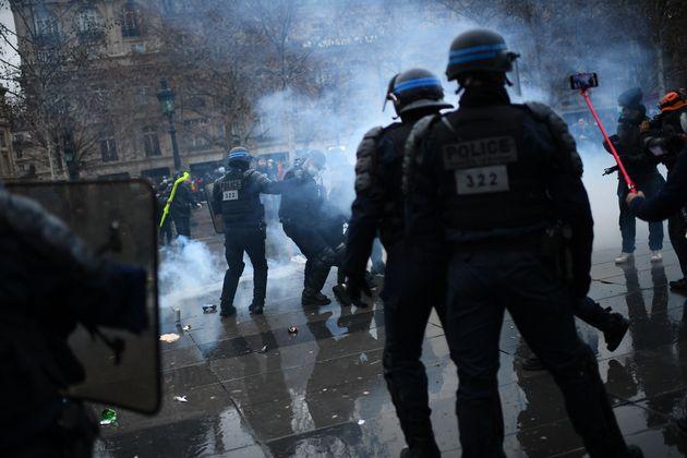 Des policiers lors du rassemblement contre la loi sécurité globale le 30 janvier 2021, place de la République...