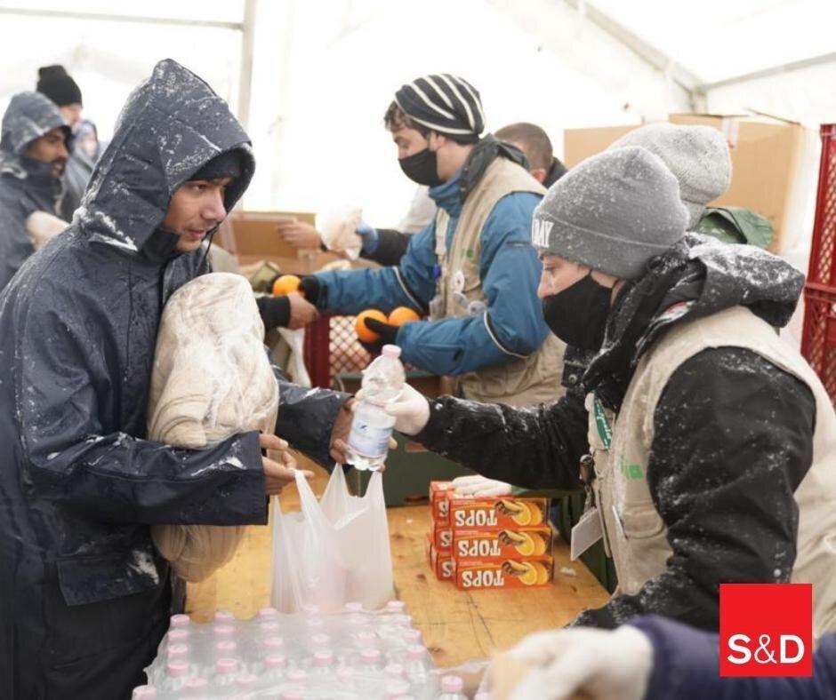Migranti nel centro di accoglienza di Lipa, in