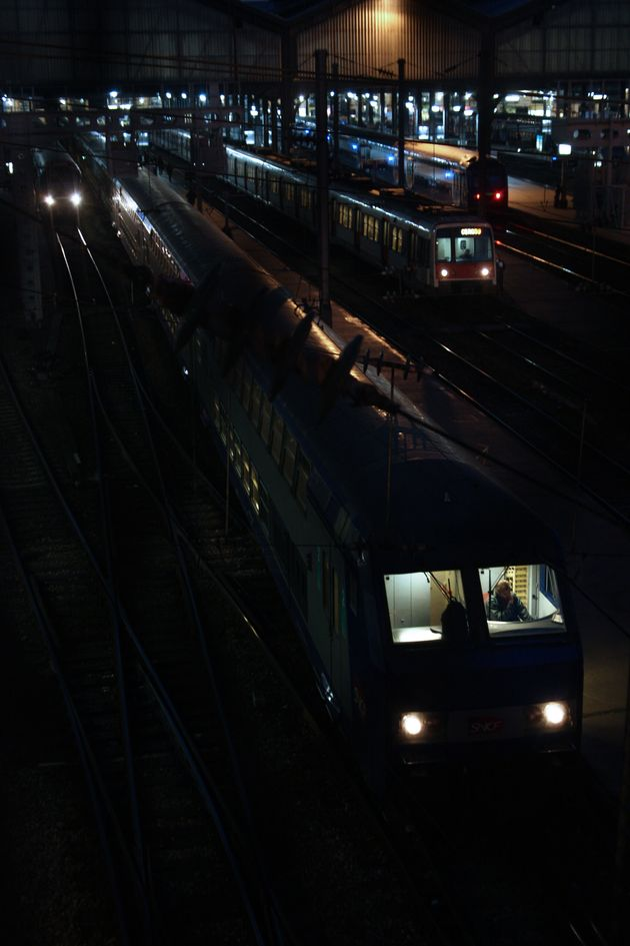 Images de trains dans une gare parisienne le 15 novembre