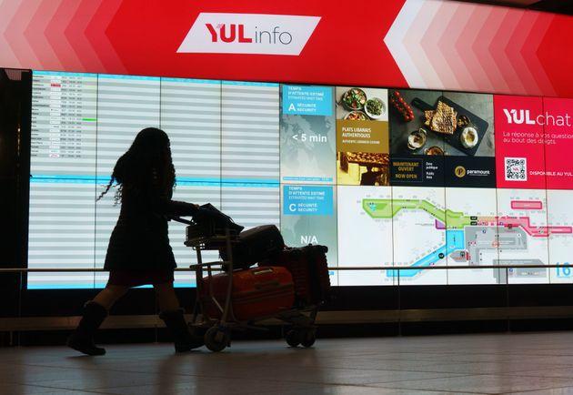 Un passager circule dans l'aéroport Montréal-Trudeau à Montréal, le jeudi...