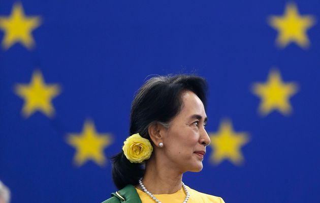 Aung San Suu Kyi, en 2003, recogiendo el Premio Sakharov que le concedió el Europarlamento en 1990.