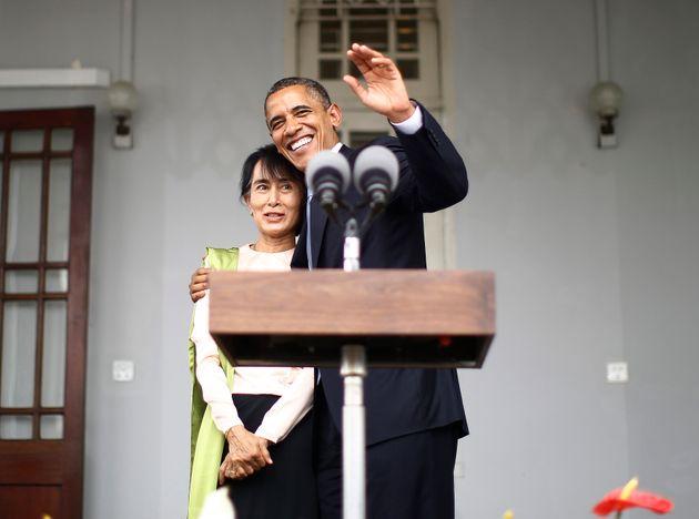 Barack Obama abraza a Aung San Suu Kyi en su casa de Yangon, en noviembre de 2012.