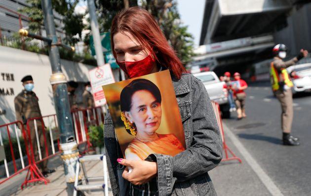 Una mujer en Tailandia con una fotografía de Aung San Suu Kyi en una protesta frente a la embajada...
