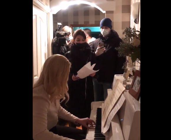 Anastasia Vasilyeva, mientras la Policía entra a su
