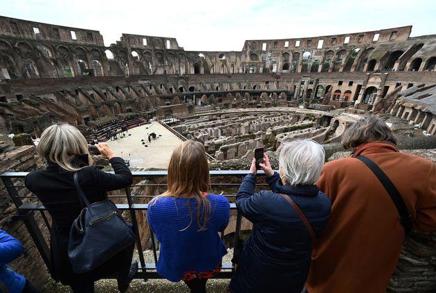 L'Italie, à contre-courant de ses voisins européens, a assoupli lundi les restrictions anti-Covid en...