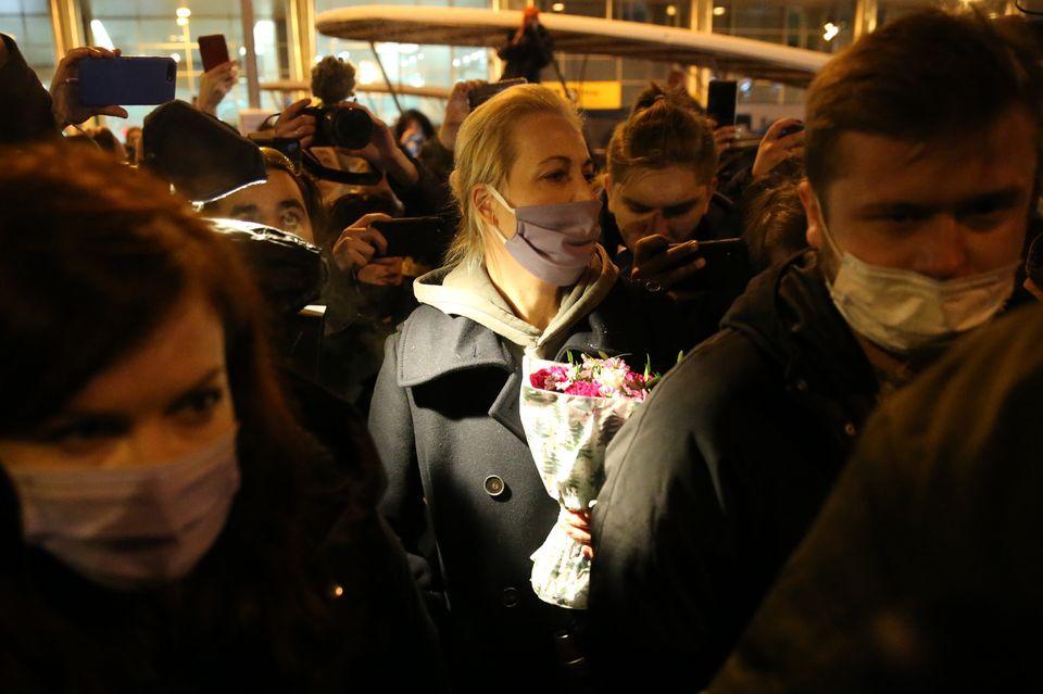 Yulia Navalnaya parla ai giornalisti al suo arrivo a Mosca, dopo l'arresto del