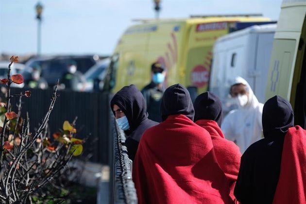 Una patera con nueve inmigrantes magrebíes a bordo llega al muelle de Caleta de Fuste, en