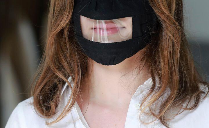 Les masques avec fenêtre transparente permettraient aux enfants de mieux distinguer les émotions des adultes. (photo d'archives)