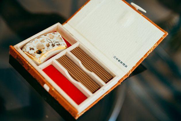 バッグの中にいつも入れているお香。「仕事が始まるタイミングや、書き物に集中したい時に焚くことが多いです」