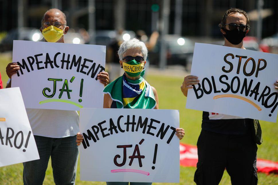 Manifestanti chiedono l'impeachment per