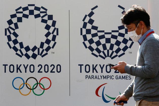À Tokyo, les panneaux publicitaires pour les Jeux Olympiques sont partout, comme le montre cette...