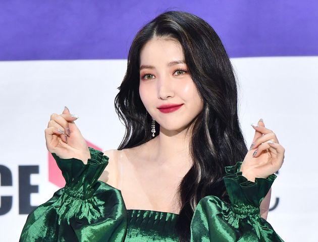 La chanteuse K-pop, Sowon, du groupe GFriend, lors d'un concert à Séoul le 9 novembre