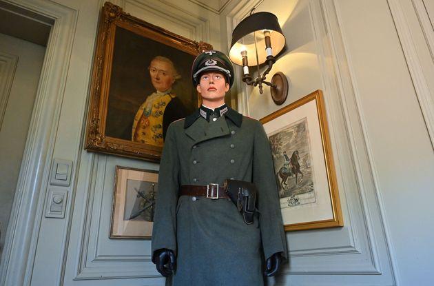 Le mannequin habillé d'un uniforme allemand de la Seconde guerre mondiale à côté...